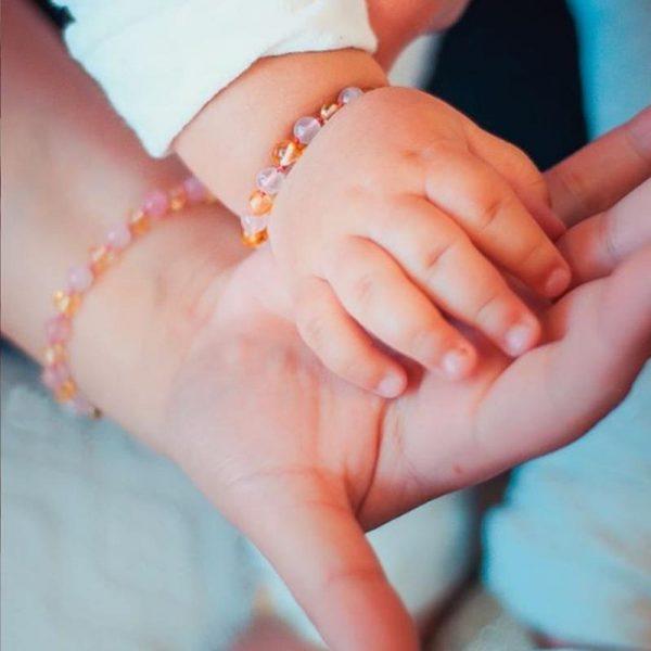 Kit com 2 pulseiras de âmbar para bebê e adulto barroco limão e quartzo rosa polido