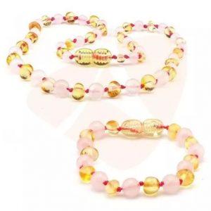 Kit com 1 colar e 1 pulseira de âmbar para bebê barroco limão polido com quartzo rosa
